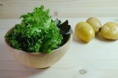 Grüner Kopfsalat in der hölzernen Schüssel Lizenzfreie Stockfotos