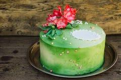 Grüner Kuchen mit Zuckerblumen lizenzfreie stockbilder