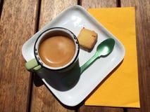 Grüner Löffel und Espresso Stockfotos