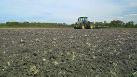 Grüner Landwirtschaftstraktor, der auf landwirtschaftlichem Feld steht 4 Rad-Treiben Sie Traktor #5 an stock footage