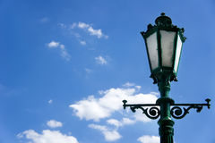 Grüner Laternenpfahl auf Hintergrund des blauen Himmels Stockfotografie