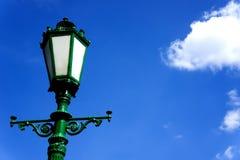 Grüner Laternenpfahl auf Hintergrund des blauen Himmels Stockfotos