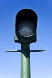 Grüner Laternenpfahl auf Hintergrund des blauen Himmels Lizenzfreies Stockfoto