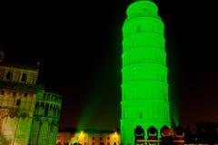 Grüner lehnender Kontrollturm Str.-Patricks Stockfotografie