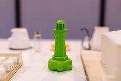 Grüner Leuchtturm gedruckt in 3d Beweis des Druckens 3D unter Verwendung eines thr Stockfotos