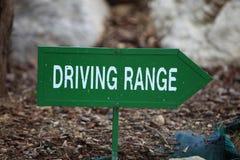 Grüner linker Pfeil in Richtung zur Driving-Range Stockbilder