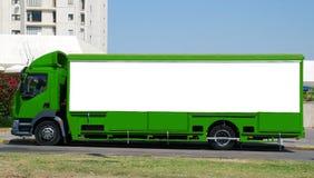 Grüner LKW mit Leerplatte Stockbild