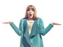 Grüner Mantel der Frau, der leere Hände zeigt stockfoto