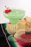 Grüner Margarita mit Chips und Salsa Stockfotos