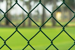 Grüner Maschendrahtzaun Stockfoto