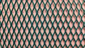 grüner metallischer Grill auf hellpurpurnem Papierhintergrund stock abbildung