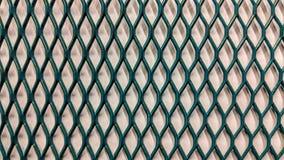Grüner metallischer Grill auf Weißbuchhintergrund lizenzfreie abbildung