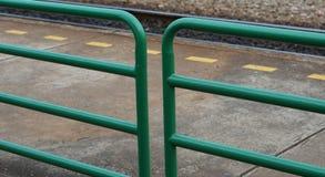 Grüner Metallzaun und gelbe Strichlinie stockfotografie