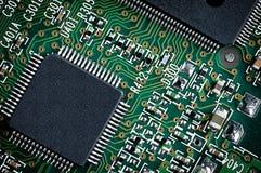 Grüner Mikrochip-Abschluss oben. Stockbild