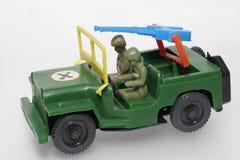 Grüner Militärspielzeugjeep mit Gewehr Stockfoto