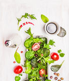 Grüner Mischungssalat mit Tomaten, Öl und Balsamico-Essig stockfotografie
