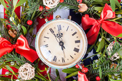 Grüner Mistelzweig und alte Uhr Lizenzfreies Stockbild