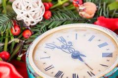 Grüner Mistelzweig und alte Uhr Stockbilder