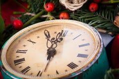 Grüner Mistelzweig und alte Uhr Stockfoto