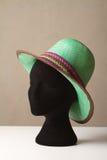 Grüner Modehut der Damen auf Anzeige Lizenzfreies Stockfoto