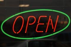 Grüner Neonkreis geöffnet Stockfotos