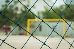 Grüner Nettozaunfußballplatz im Freien stockbilder
