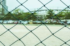 Grüner Nettozaunfußballplatz im Freien lizenzfreie stockbilder