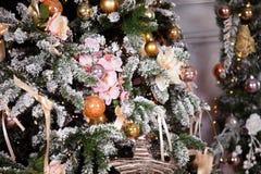 Grüner neues Jahr-Baum verziert Stockfotografie