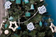 Grüner neues Jahr-Baum verziert Stockbild