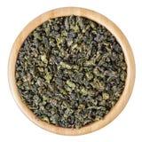 Grüner oolong Tee in der hölzernen Schüssel lokalisiert auf weißem Hintergrund Stockfotos