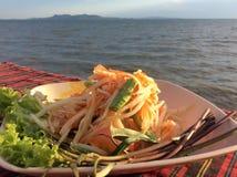 Grüner Papaya-Salat oder Som Tum in Thailand stockfotografie