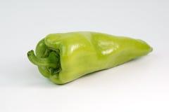 Grüner Paprika auf einem weißen Hintergrund stockfotos