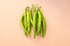 Grüner Paprika auf hölzernem Hintergrund Lizenzfreie Stockfotografie