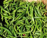 Grüner Paprika in einer Pappschachtel für Verkauf lizenzfreie stockbilder