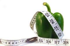 Grüner Paprika und Maßband stockfoto