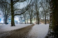 Grüner Park des Schnees in der Nacht, London Lizenzfreie Stockbilder