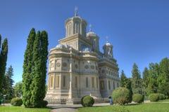 Grüner Park um ein schönes orthodoxes Kloster Stockfotografie