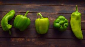 Grüner grüner Pfeffer auf dem Tisch lizenzfreie stockbilder
