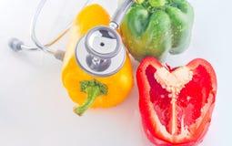 Grüner Pfeffer ist gesunde Nahrung mit Stethoskop Stockfotos