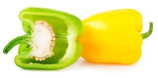 Grüner Pfeffer mit Hälfte auf weißem Hintergrund Lizenzfreie Stockfotografie