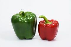 Grüner Pfeffer, Pfeffer auf weißem Hintergrund lizenzfreie stockfotos
