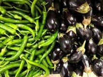Grüner Pfeffer und Aubergine Natürliches Gemüse, natürliche Vitamine Für Verkauf im Markt stockbild