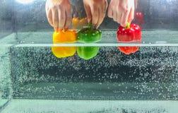 Grüner Pfeffer vereinbart im Wasser Lizenzfreie Stockbilder
