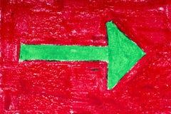 Grüner Pfeil auf rotem Hintergrund Stockfoto