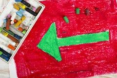 Grüner Pfeil auf rotem Hintergrund Stockfotos