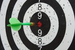 Grüner Pfeil in der Mittelzone des Ziels lizenzfreies stockfoto