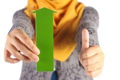 Grüner Pfeil mit den Daumen up Zeichen Stockbilder