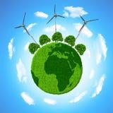 Grüner Planet mit Bäumen und Windkraftanlagen Stockbild