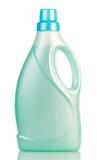 Grüner Plastik mit der Flasche des flüssigen Reinigungsmittels lokalisiert auf Weiß lizenzfreie stockfotografie