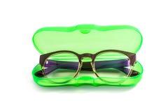 Grüner Plastikbrillenkasten lokalisiert auf Weiß Stockfotos